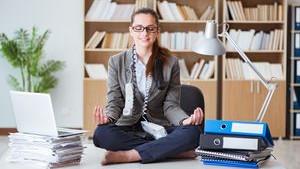 Femme en position yoga sur bureau
