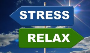 Développement personnel : Panneau avec 2 directions STRESS ou RELAX